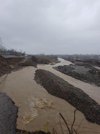انجام عملیات دفع سیلاب در رودخانه خاله سرای 59 تالش توسط شرکت بهره برداری از شبکه های آبیاری گیلان