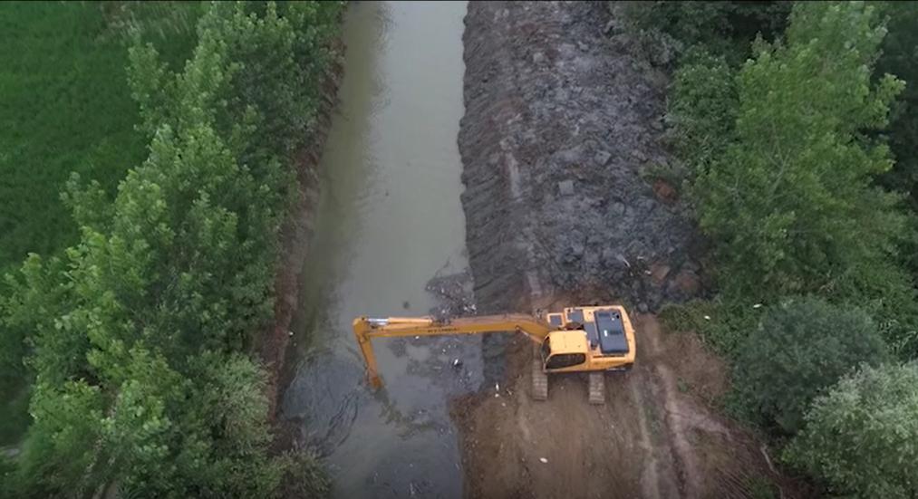 انجام عملیات لایروبی رودخانه نرگستان در شهرستان صومعه سرا توسط شرکت بهره برداری از شبکه های آبیاری و زهکشی گیلان (فیلم)